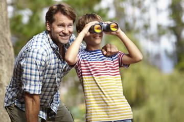 Papa mit Sohn - Fernglas.jpg
